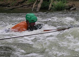 Переправа через горные реки вброд и вплавь по перилам